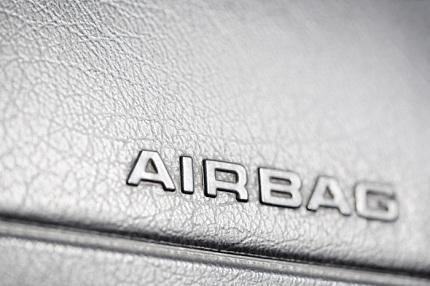 Airbag contro il pancione, donna partorisce