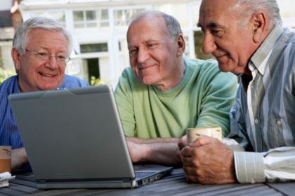 Anziani, si resta più giovani se si usano PC e cellulari