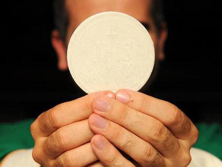 Olanda, prete dimentica le parole della messa: sospeso