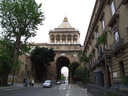 Palermo, marciapiede a Porta Nuova: e la viabilità?