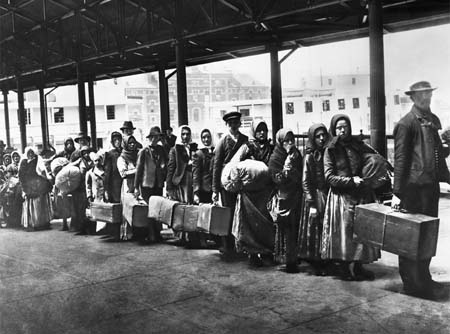 Italia, sempre più espatri: un nuovo dopoguerra?