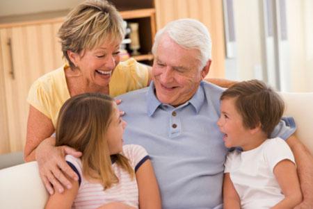 Italia, le famiglie preferiscono i nonni alle baby sitter