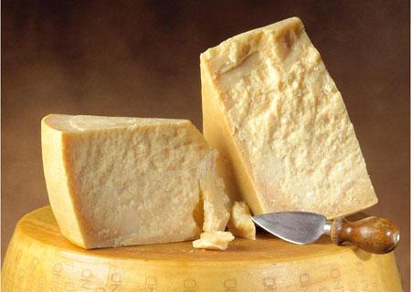 """Americani contro il Parmigiano: """"pericoloso per la salute"""""""