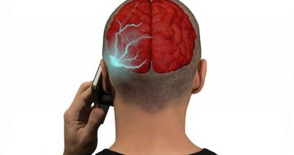 Tumori, confermato il legame con l'uso dei cellulari