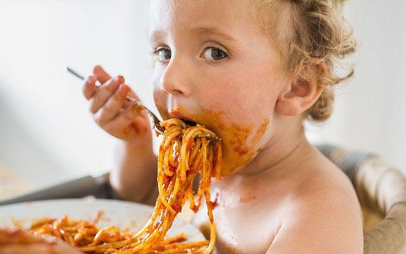Bambini, le pappe fatte in casa fanno più male di quelle industriali