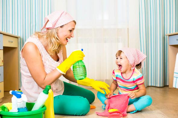Curiosità, le donne in casa lavorano (molto) più del partner