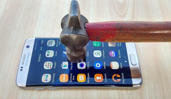 Tecnologia, presto i display dei cellulari si ripareranno da soli