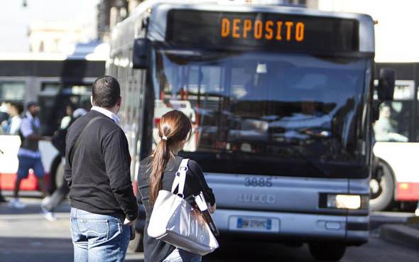 Italia, ogni anno trascorriamo ventitré giorni in auto o sui mezzi