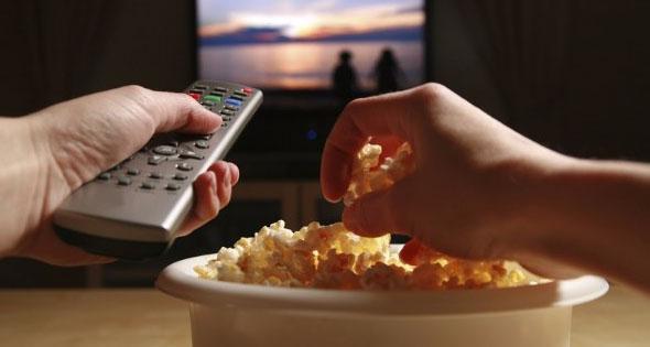 Salute, mangiare davanti la TV aumenta il rischio di obesità