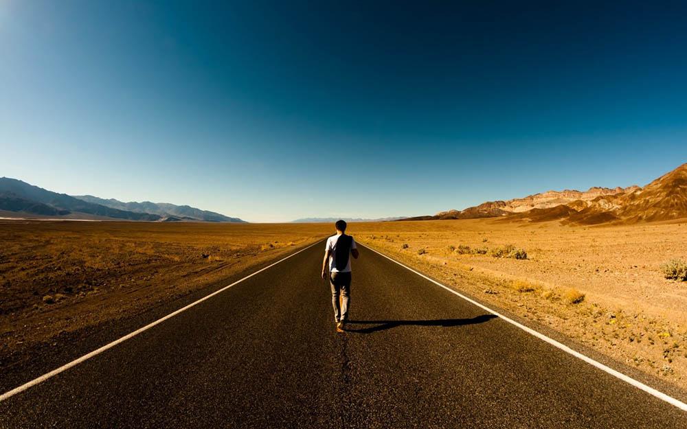 Camminare nel vuoto di tempi silenziosi