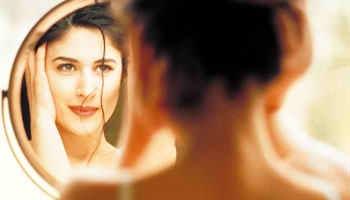 Gli scienziati affermano : le donne trascorrono tre anni della loro vita davanti allo specchio !