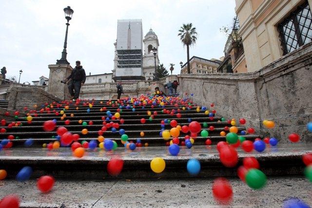E le palline invasero Piazza di Spagna !