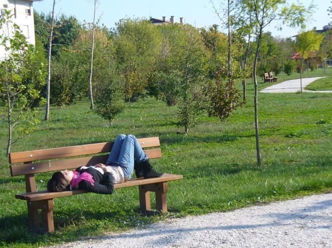 La ragazza sulla panchina